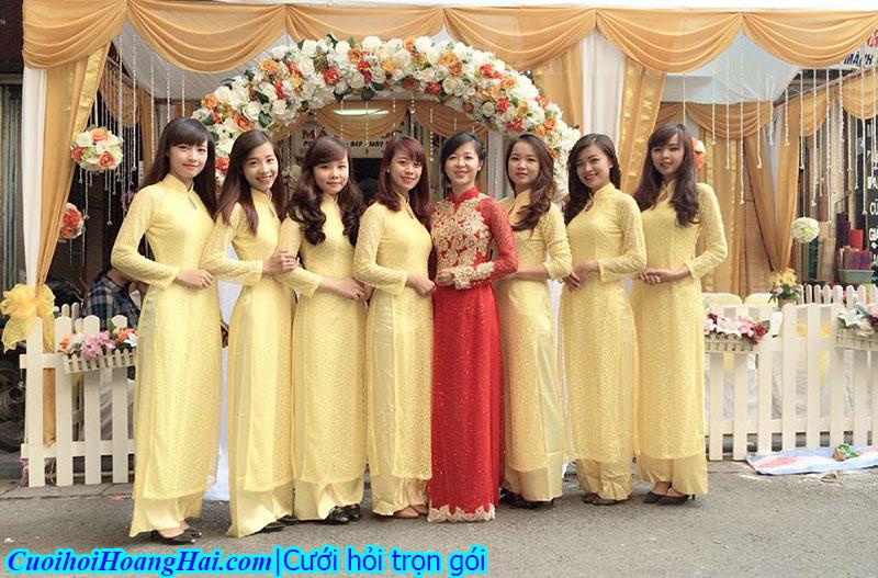 Đội bê tráp nữ áo dài vàng