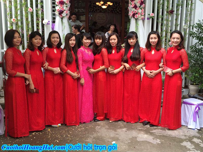 Đội bê tráp nữ áo dài đỏ ren